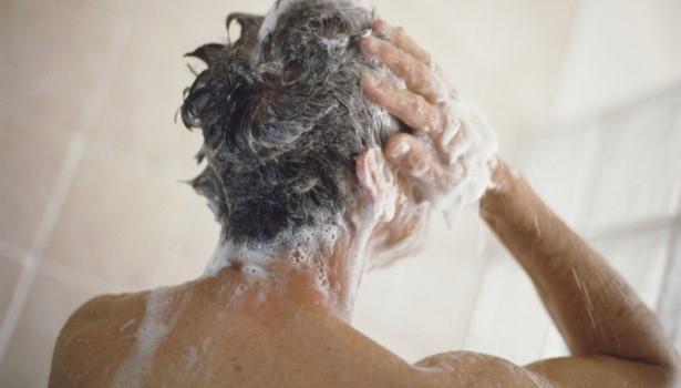 Jaki szampon na siwe włosy dla mężczyzn wybrać? Szampony na siwienie
